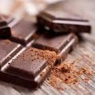 Schokoladen und geröstete Kakaobohnen